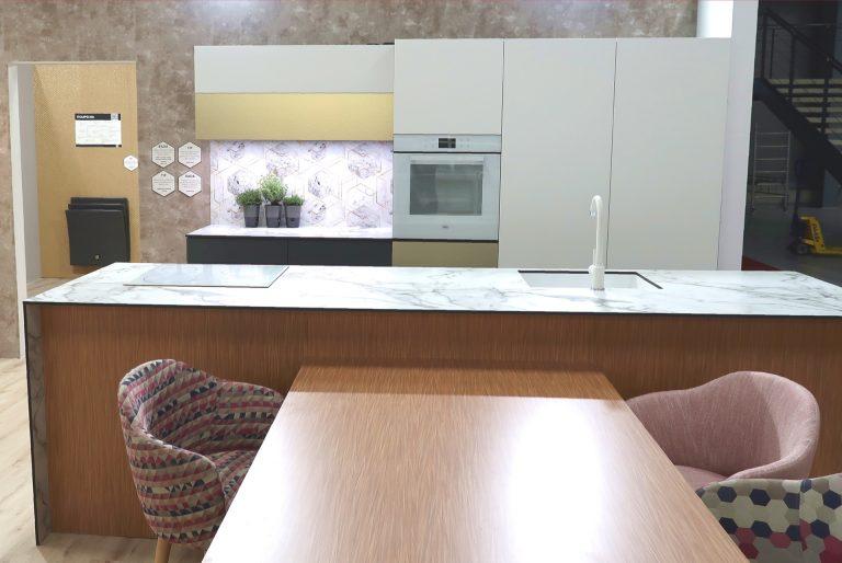 Kuchyně ze vzorového bytu navrženého ve stylu digitální romantiky.